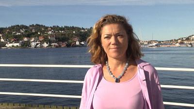 Kristin Skogen Lund på en brygge i Arendal