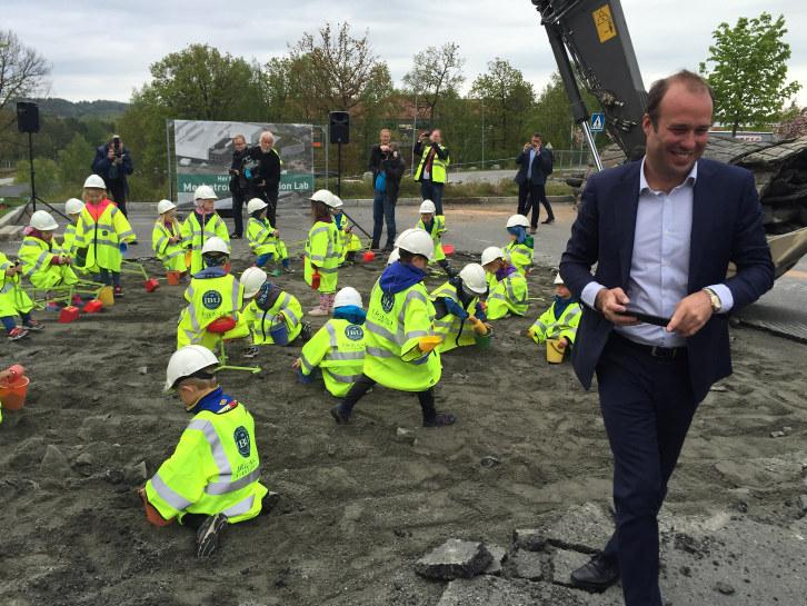 JB Ugland Holdings CEO Johan Martin Ugland sammen med fremtidens ingeniører fra Hokus Pokus barnehage.