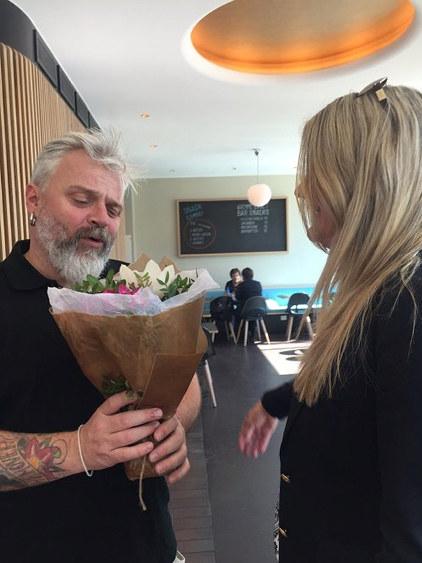 Petter Lidal, eier av Bien, får blomster