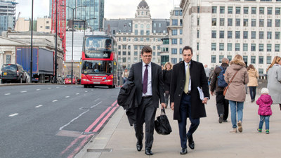 Londonbuss og businessmenn