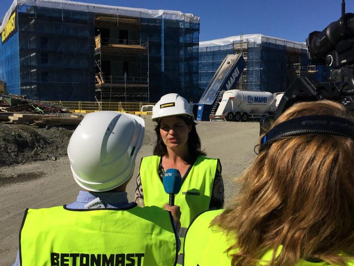 Regiondirektør Nina Solli intervjues på byggeplass