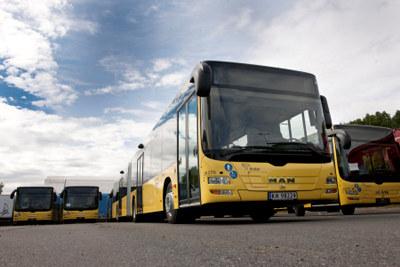 Tirsdag 28. september inngikk Brakar og Nettbuss avtale om 100 prosent fossilfri bussdrift i Drammensregionen. - Å gjøre på fornybar diesel er ikke unikt, men hittil er ingen andre storbyområder som har fått 100 prosent av bussparken over på fossilt drivstoff, sier adm dir i Braker Terje Sundfjord.