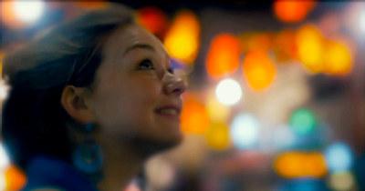 Kvinne ser opp i lufta ute i byen