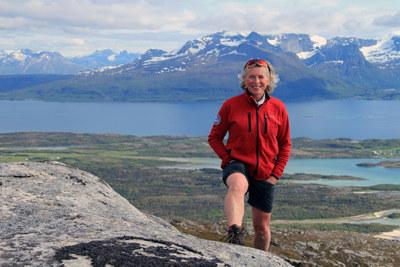 Å strande på en øy kan være starten på et eventyr. For Randi Skaug er det ikke det første. Nå tilbyr hun aktivt – og vennlig – reiseliv i Nordland.