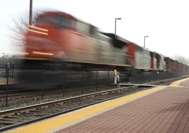 Jernbanen må bygges gjennom både Fredrikstad og Sarpsborg, mener NHO Østfold