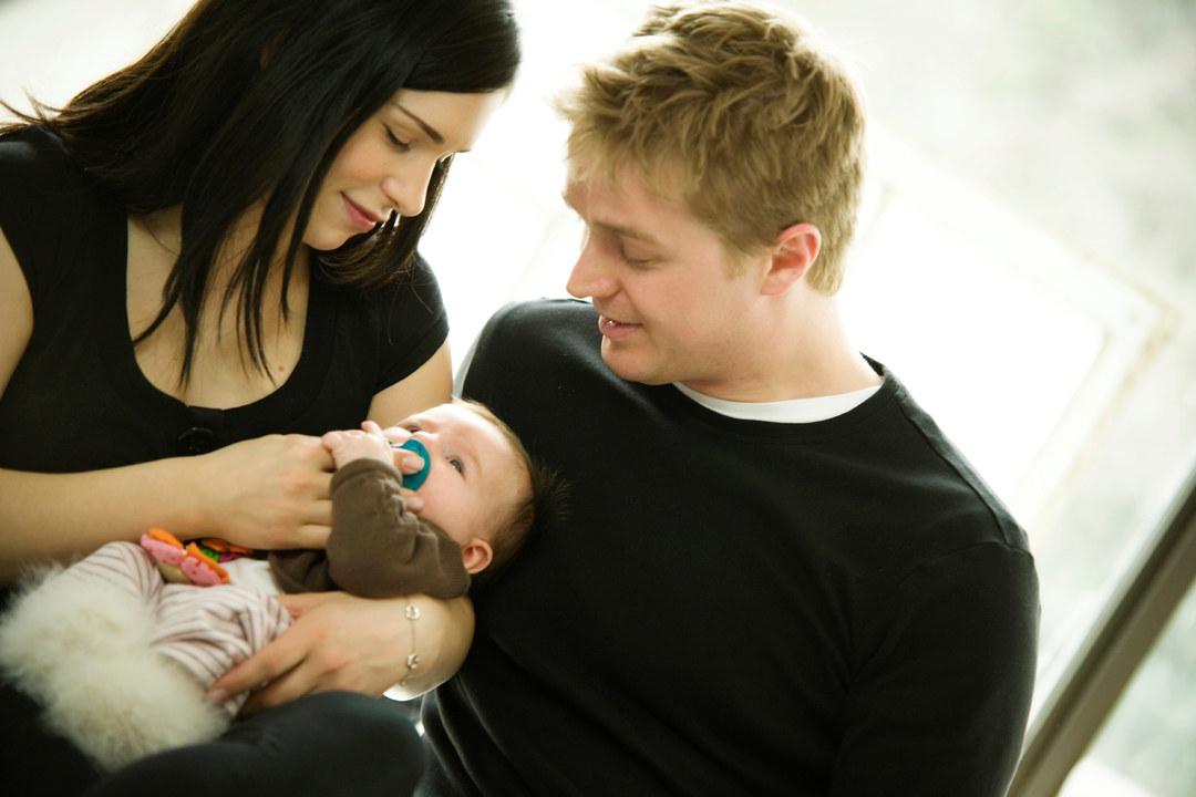 Foreldre med spedbarn. Foto.