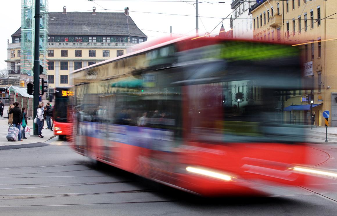 Buss i fart i Oslo Sentrum.