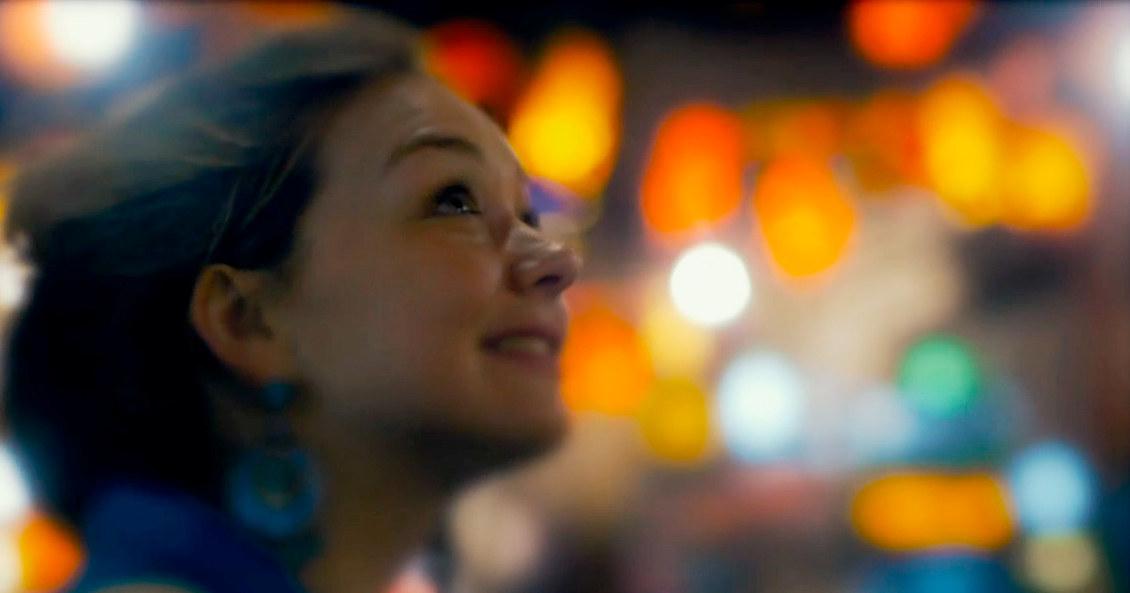 En kvinne som ser oppover.