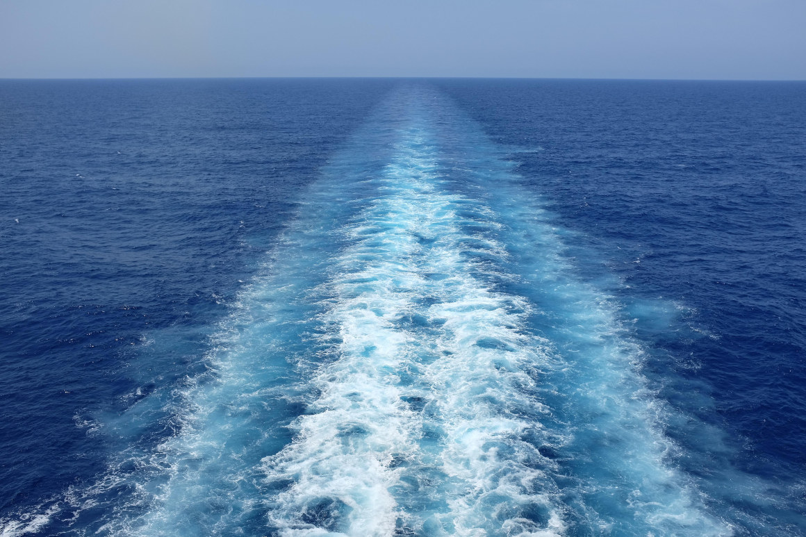 Kjølvann bak skip. Foto.