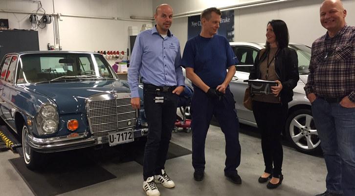 Motor-Trade AS, Kirsti Johansen (næringslivskoordinator) og Rune Husby (jobbkonsulent), Stavne Arbeid og Kompetanse KF. Bilen er en Mercedes 450 SEL, 1971-modell.
