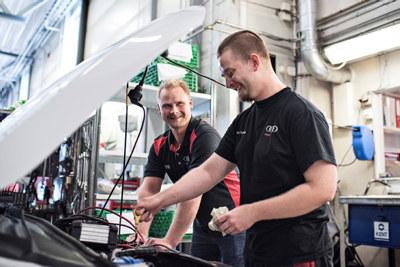Lærling Stian R. Thalberg og opplæringsansvarlig Marius B. Ribe i Nordlie Auto.