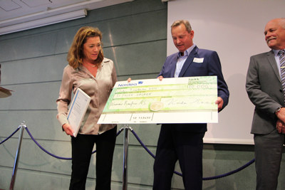 NHOs administrerende direktør Kristin Skogen Lund overrekker Fagopplæringsprisen til HR-direktør i Nammo, Torkel Aass. Fotograf: Cathrine Westlie Eidal