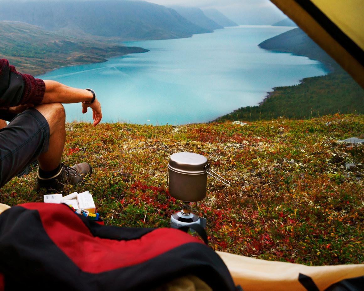 Naturbilde fra en telttur ved en fjord. Foto.
