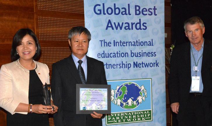 Vietnams ambassadør i Norge Le Thi Tuyet Mai mottok den internasjonale prisen sammen Vo Tan Thanh, visepresident i VCCI og NHOs prosjektleder Kurt Nilssen.