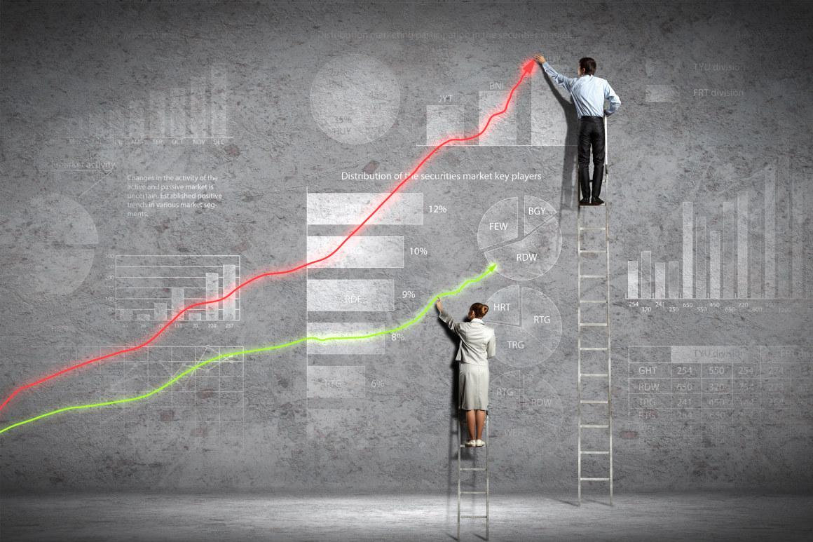 Forretningsfolk på stiger som tegner grafer. Illustrasjonsfoto.