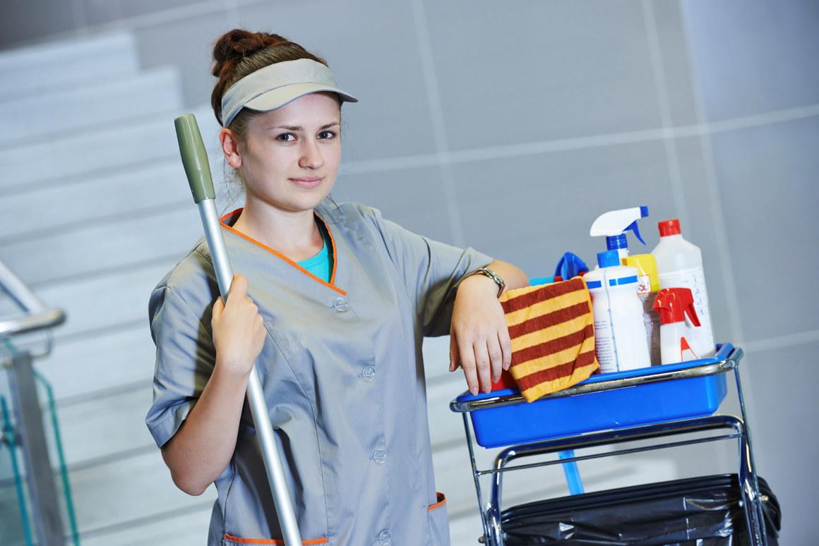 Renholdsarbeider med mopp og renholdsprodukter. Foto.