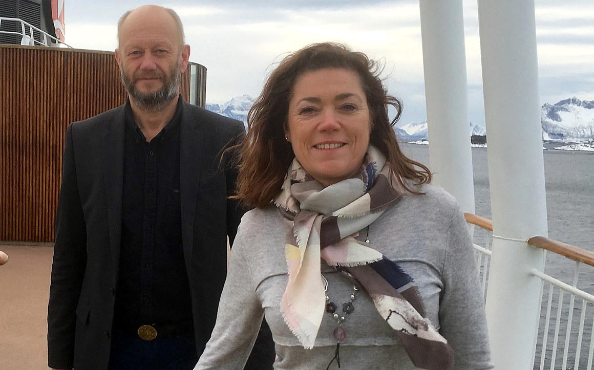 Kristin Skogen Lund og Stein Lier Hansen står på dekket av et skip. Foto.