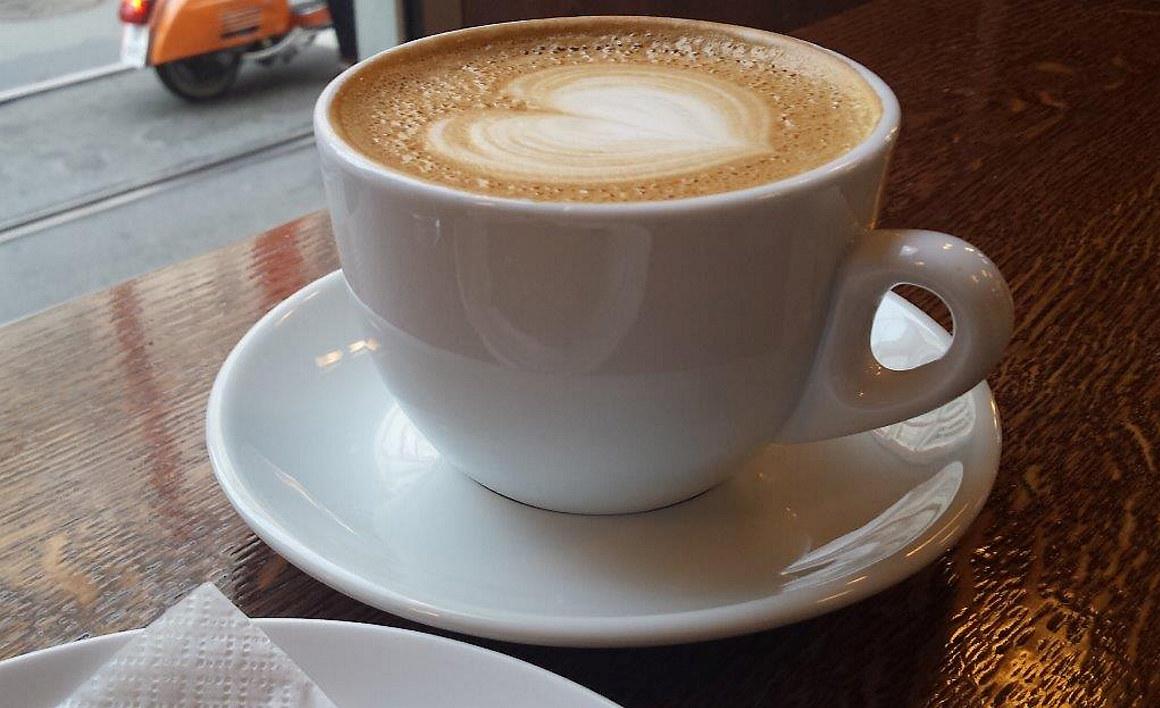 Nærbilde av en kaffekopp med hjertemønster i skummet. Foto.