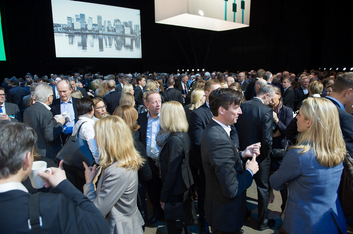 Deltakere på årskonferansen 2016 snakker sammen i en pause.