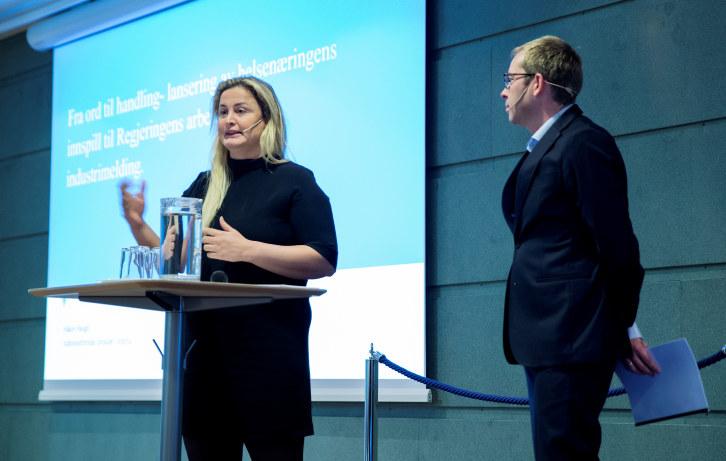 Karita Bekkemellem og Kristin Skogen Lund på talerstolen, Monica Mæland på skjerm.