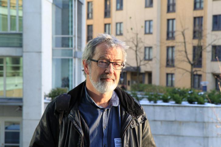 Tøssebro er dr. polit. i sosiologi og professor i sosialt arbeid ved NTNU.