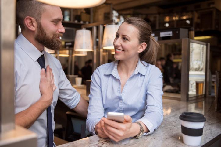 To snakker sammen på kafé.