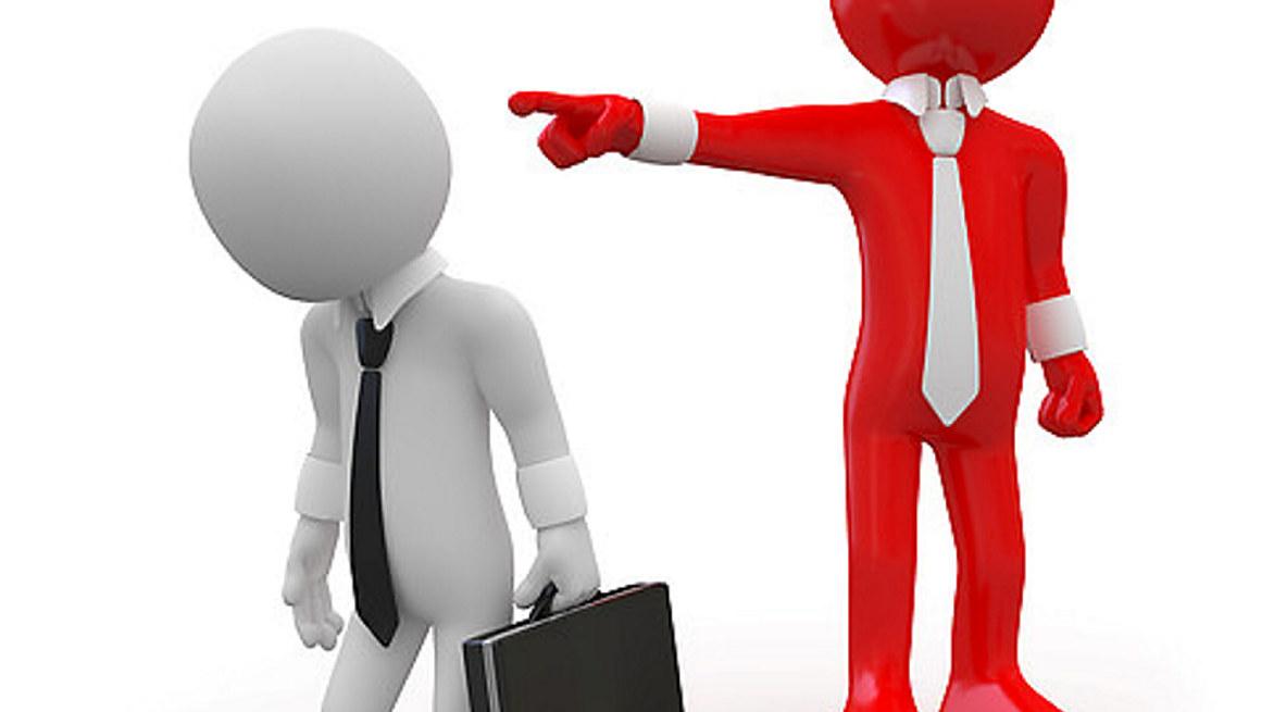 En sjefs-aktig skikkelse peker vekk, en arbeidstaker-aktig skikkelse med koffert ser skuffet ut i samme retning. Dataanimert bilde.