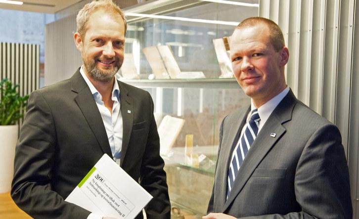 Fra overlevering av utredningen: Halvor E. Sigurdsen (NHO) med statssekretær i Finansdepartementet, Tore Vamraak (H). Foto: Finansdepartementet