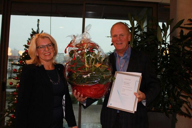 Alf-Arne Nøsted mottok NHO Agders hederspris for 2016 under årets julelunsj.