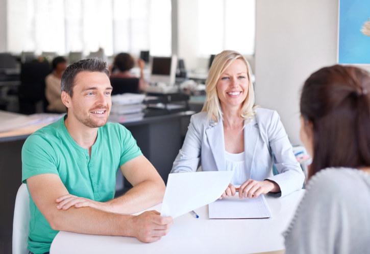 Mennesker snakker sammen i møte