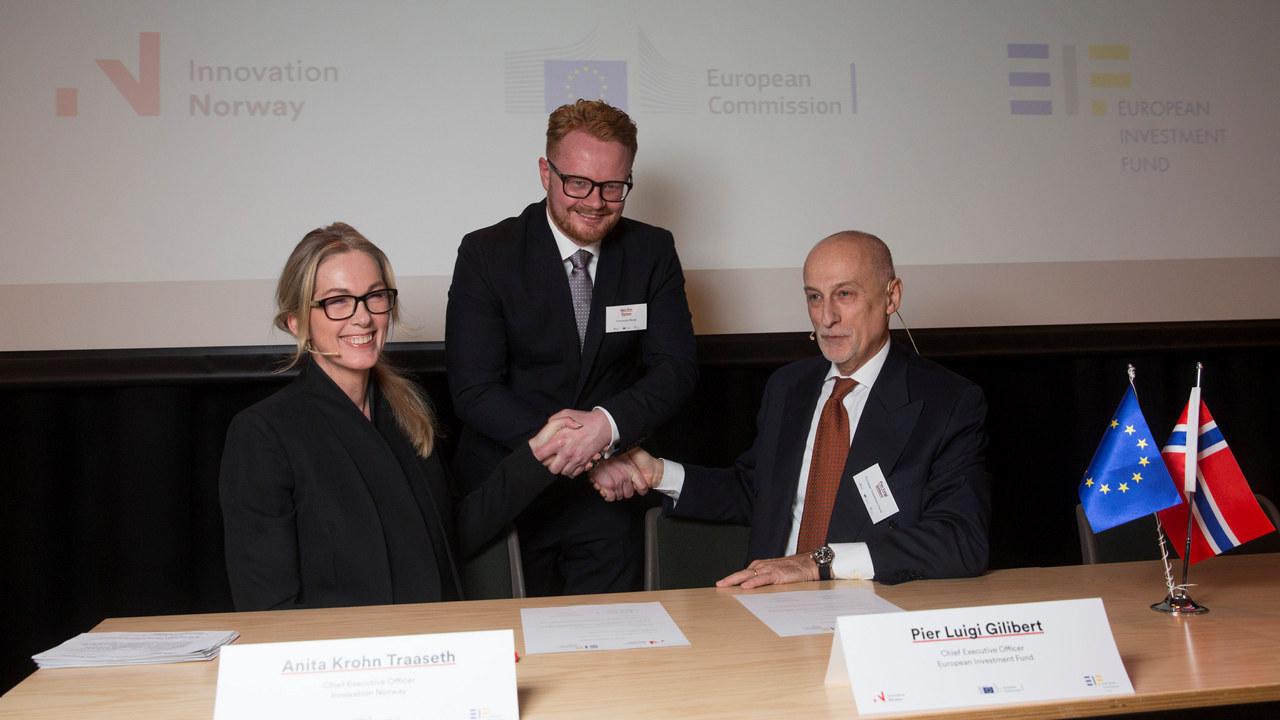 Anita Krohn Traaseth, Geir Ove Hansen og Pier Luigi Gilibert signerer avtale mellom Innovasjon Norge og Det europeiske investeringsfondet (EIF).