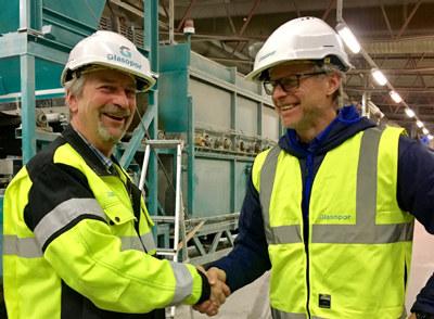 Svein Lund, fabrikksjef Glasopor i Skjåk blir gratulert som månedens bedrift i NHO Innlandet for januar 2017 av regiondirektør Åge Skinstad. Fotograf: Linn Alicia Slora Kristiansen.