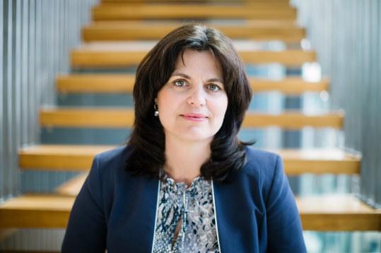 -Vi foreslår tre grep for å få flyktninger raskere i jobb eller utdanning. Et av grepene er språkopplæring kombinert med arbeid, sier regiondirektør Nina Solli i NHO Oslo og Akershus
