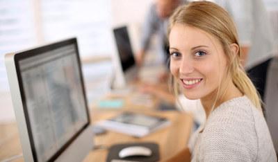 Kvinne foran PC