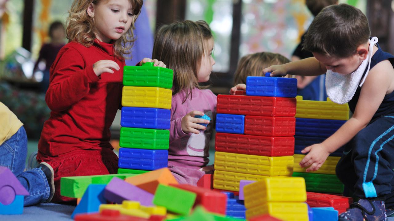 Barn som leker i barnehage.