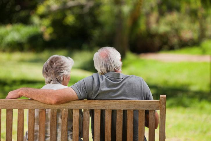 Eldre par på benk