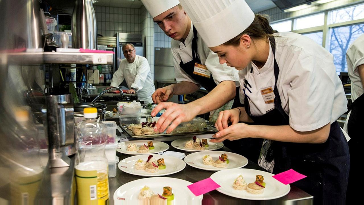 Kokkelærlingene Andreas Gøbel og Runa Kvendseth gjør klar kanapeer til servering