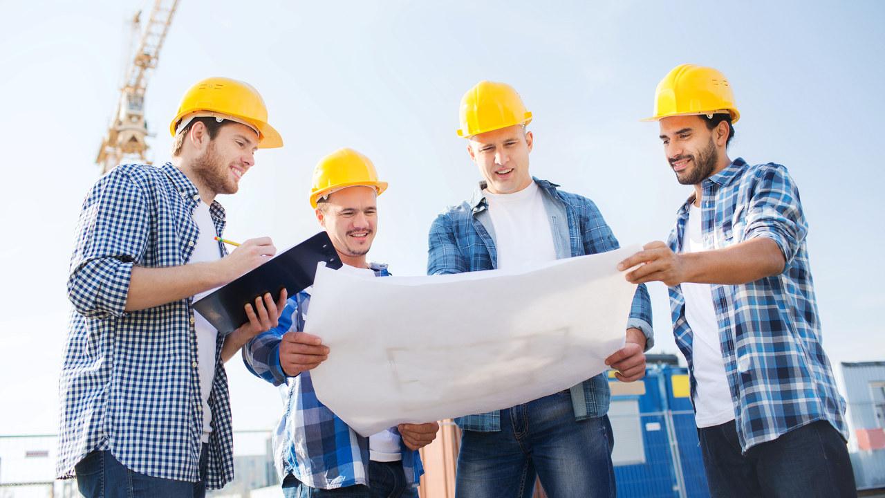 Byggearbeidere med hjelm