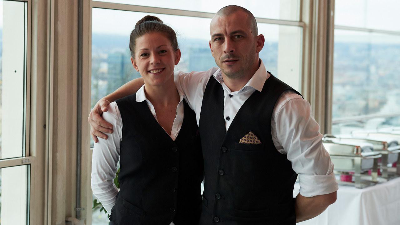 En mannlig og en kvinnelig servitør som jobber på Ekebergrestauranten
