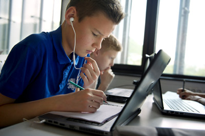 Elever med PC i klasserom.