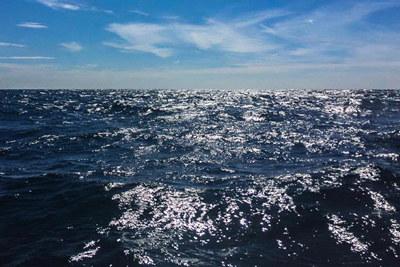 Hav utenfor norskekysten. Blå himmel med godværsskyer.