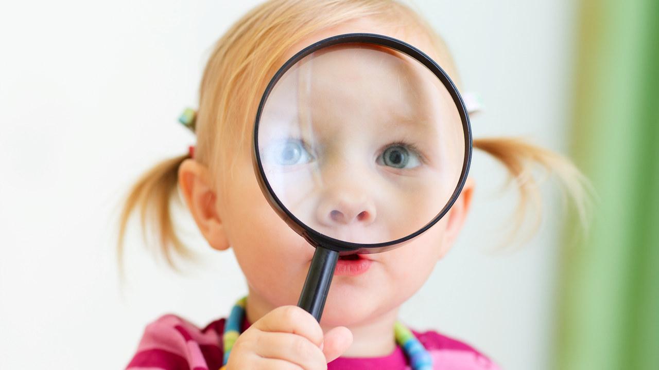 Bilde av barn med forstørrelsesglass.