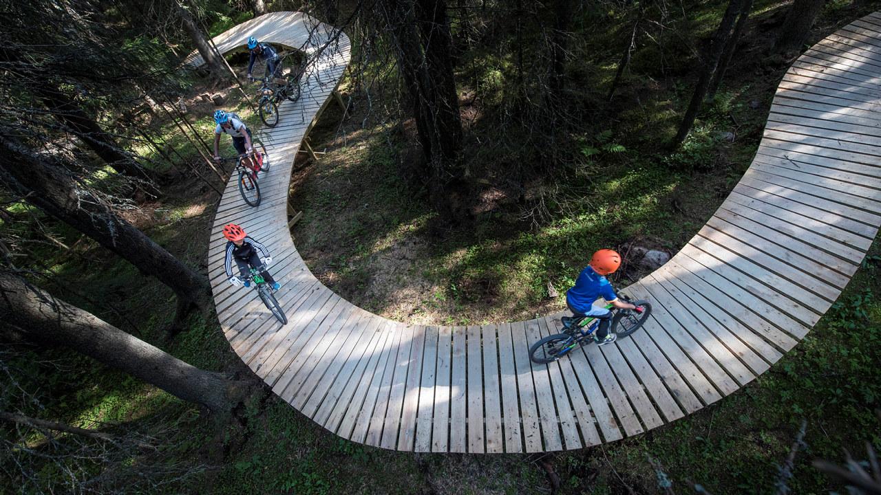 Familie på sykkeltur langs sykkelsti