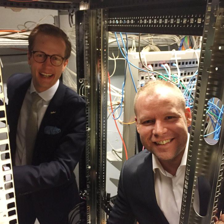 IT-sjef Rune Godager og hotellsjef Tomi Meriläinen (bak). (Foto: Baard Fiksdal)