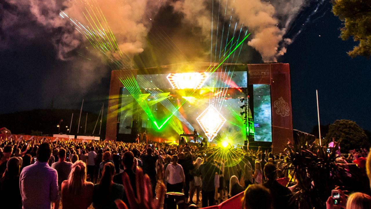 Festivalscene med neonlys