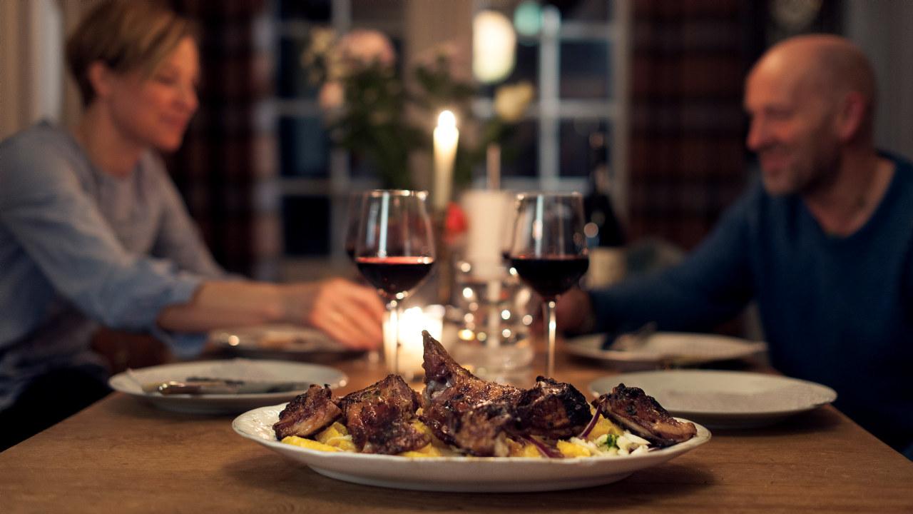 Par spiser middag hos 29|2 Aurland