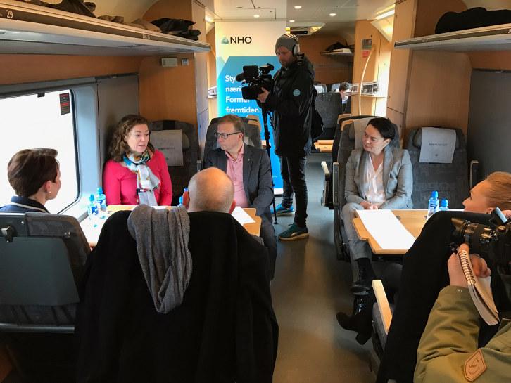 NHO-sjef Kristin Skogen Lund tok med politikere på togtur fra Råde i Østfold via Akershus og Oslo til Tangen i Hedmark sammen med flere bedriftsledere.
