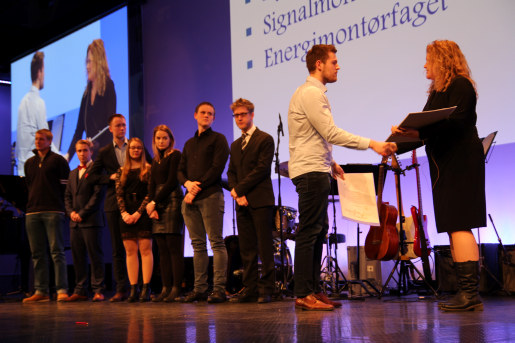 Tirsdag møtte over 300 opp for å motta fag- og svennebrev i Akershus. Men antallet kandidater som besto fagprøven er langt høyere - hele 1833! Dette er ny rekord.