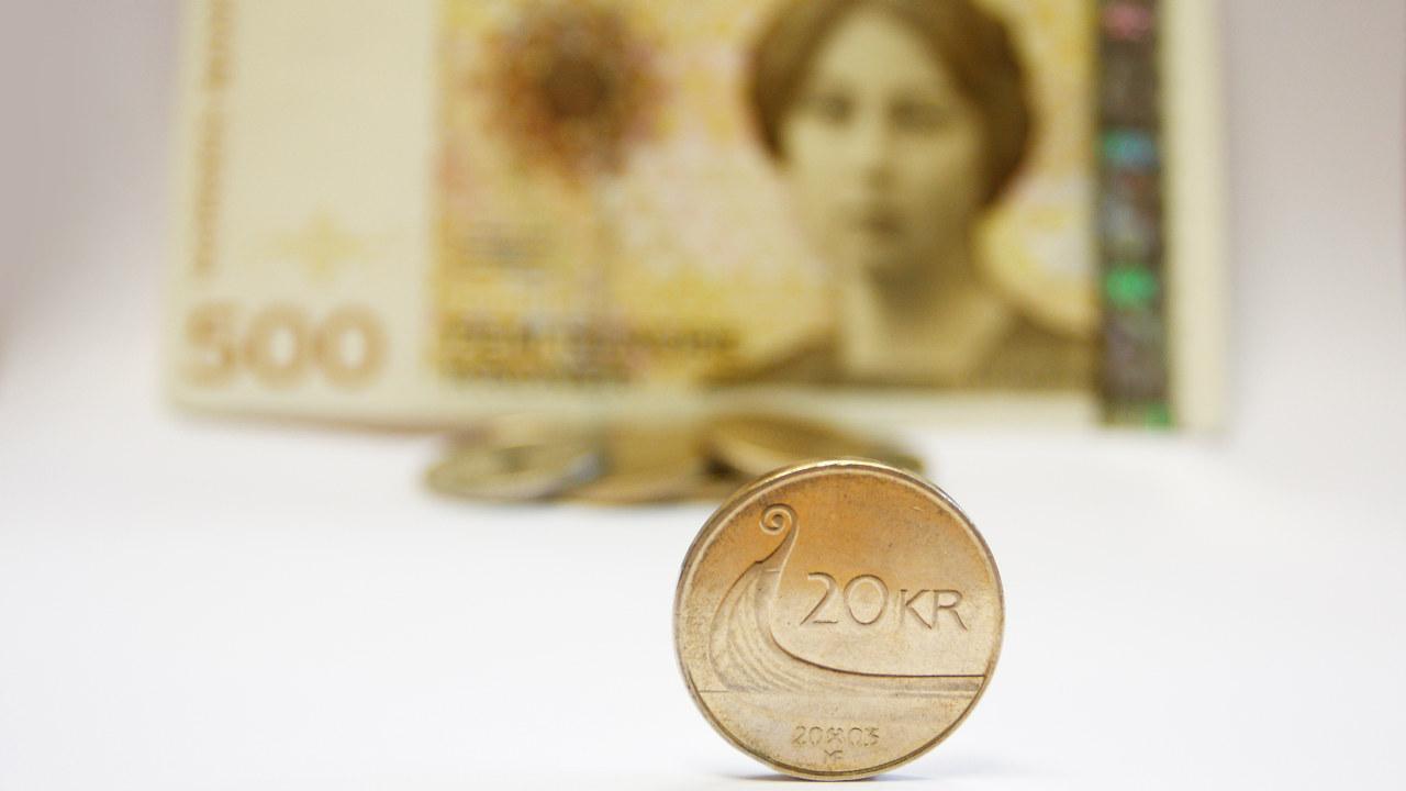 Høyres landsmøte 9.-12. mars 2017 programfestet å sikre at kontanter fortsatt skal være et gyldig og obligatorisk betalingsmiddel.