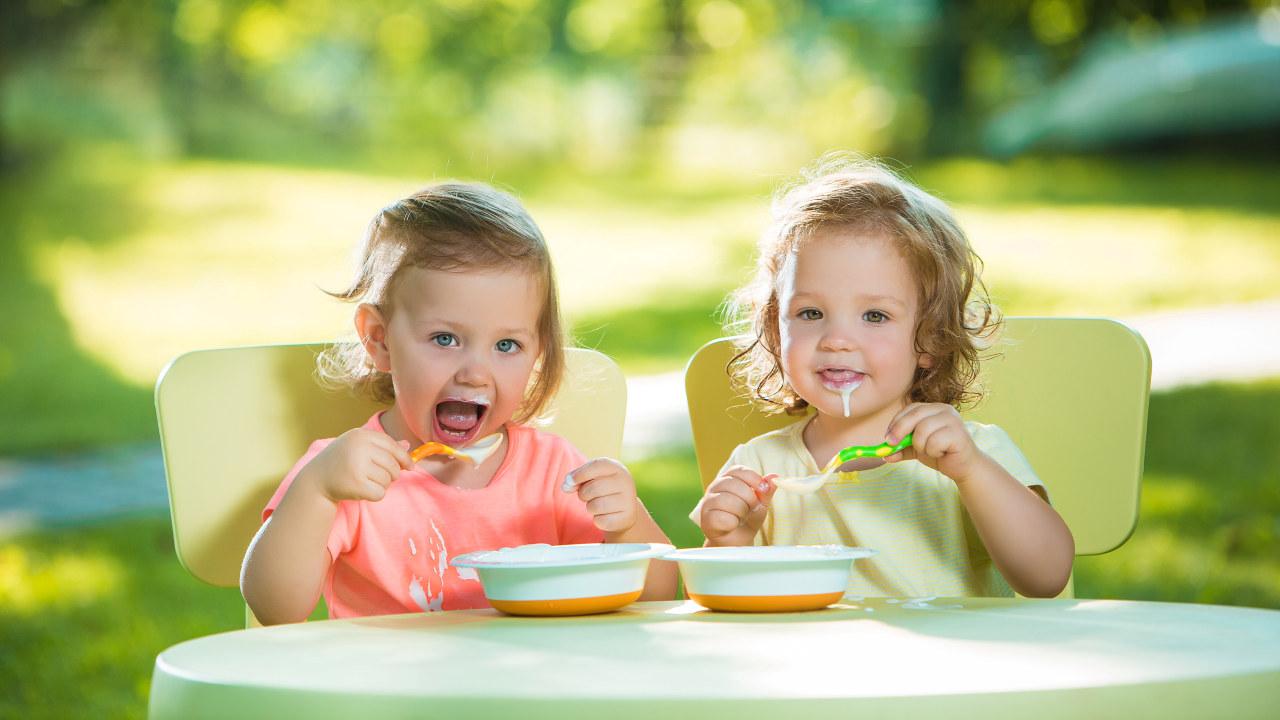Barn spiser lunsj i barnehagen.